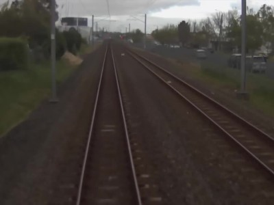 Holden περνάει μπροστά από τρένο