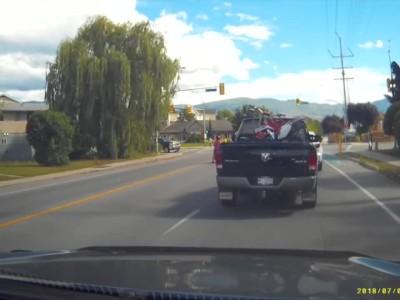 Τα αίματα άναψαν όταν οδηγός... σέρβιρε πατάτες σε διπλανό όχημα