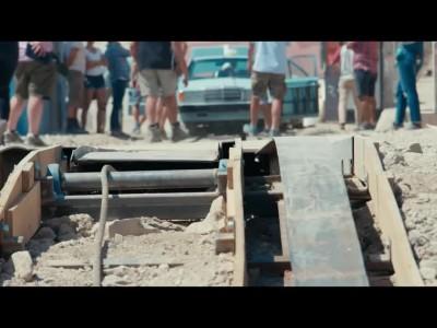 Καταδίωξη ανάμεσα σε δύο Mercedes-Benz στην ταινία The Rhythm Section