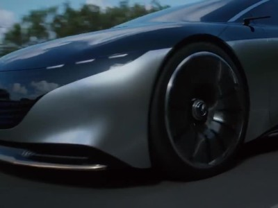 O Hamilton εξομολογείται οδηγώντας την Mercedes-Benz Vision EQS